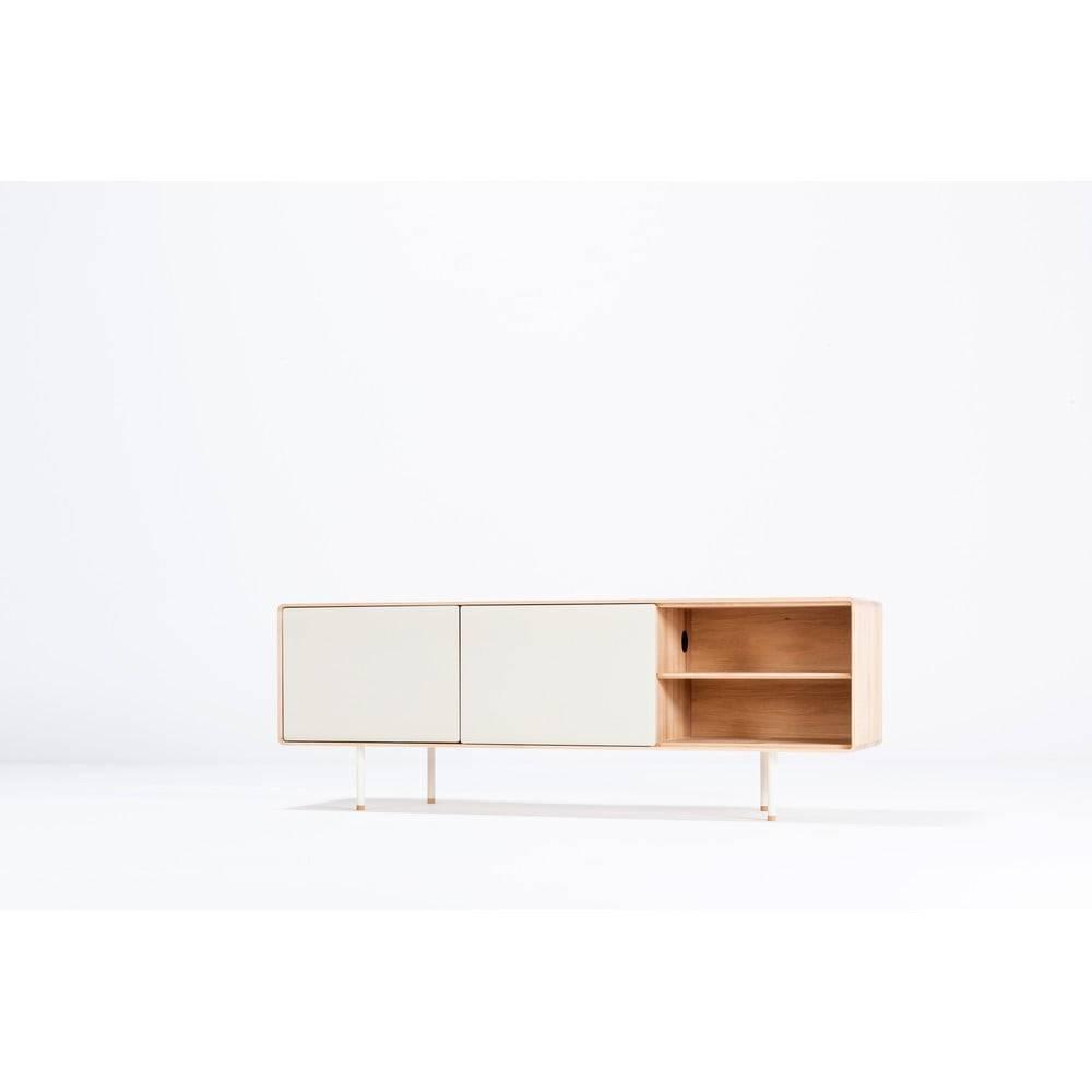 Gazzda Biely TV stolík z dubového dreva Gazzda Mushroom, šírka 180 cm