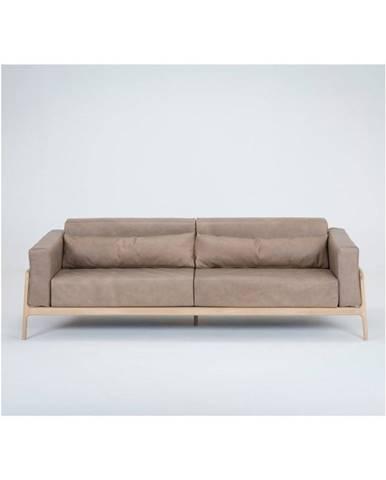 Svetlohnedá pohovka z byvolej kože s konštrukciou z dubového dreva Gazzda Fawn, 240 cm